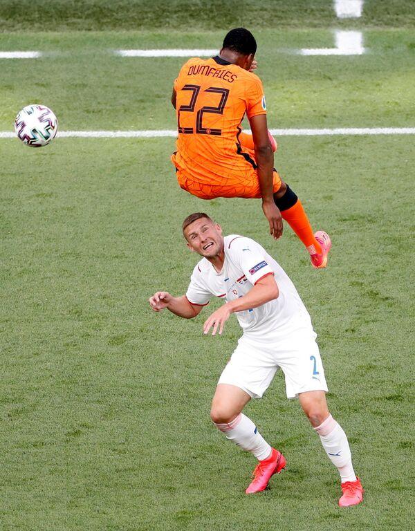 Souboj o míč mezi nizozemským fotbalistou Denzelem Dumfriesem a Čechem Pavlem Kadeřábkem - Sputnik Česká republika