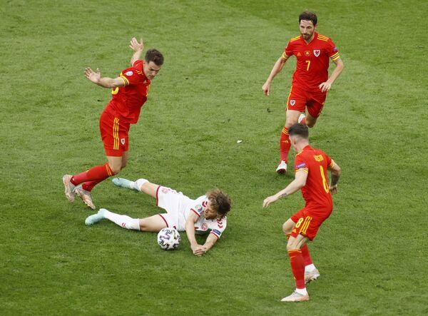 Hráči Dánska a Walesu během zápasu - Sputnik Česká republika