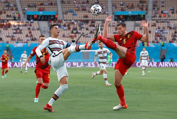 Portugalský fotbalista Cristiano Ronaldo a belgický hráč Jan Vertonghen během zápasu - Sputnik Česká republika