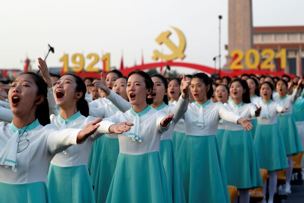 Účastníci slavnostní přehlídky u příležitosti 100. výročí Čínské komunistické strany v Pekingu. - Sputnik Česká republika