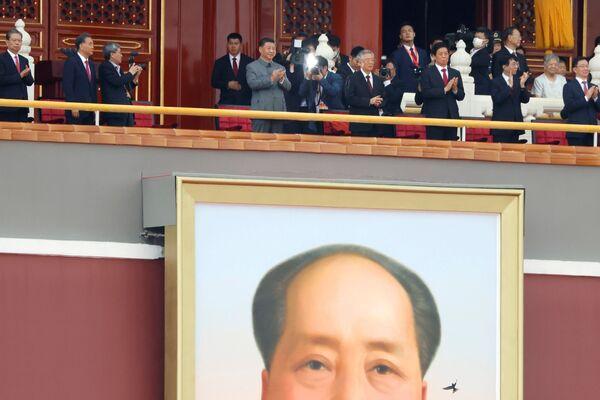 Čínský prezident Si Ťin-pching tleská u obřího portrétu zesnulého čínského předsedy Mao Ce-tunga na akci ke 100. výročí založení Komunistické strany Číny na náměstí Nebeského klidu v Pekingu.  - Sputnik Česká republika