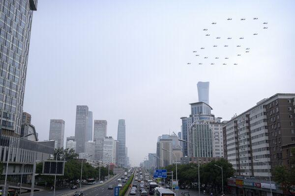 Číslo 100 vytvořené vrtulníky na obloze na počest významného výročí.  - Sputnik Česká republika