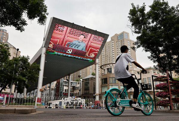 Slavnostní řeč čínského prezidenta Si Ťin-pchinga promítaná na pouliční obrazovce. - Sputnik Česká republika