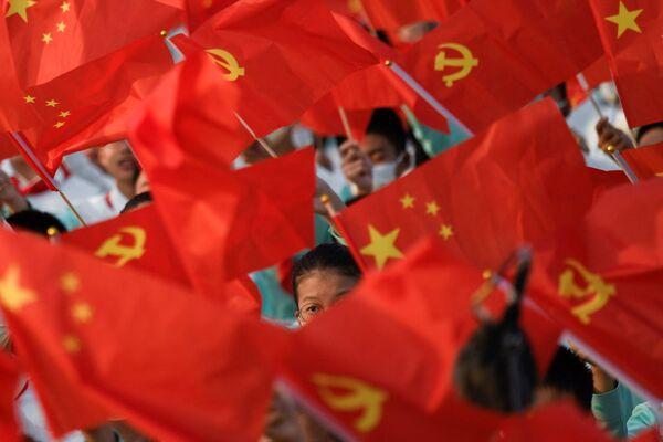 Studenti s vlajkami na oslavách 100. výročí Komunistické strany Číny. - Sputnik Česká republika