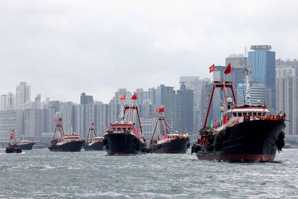 Rybářské škunery s vlajkami Číny a Hongkongu během oslav 100. výročí Čínské komunistické strany v Hongkongu. - Sputnik Česká republika