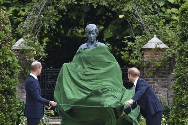 Princové William a Harry na odhalení pomníku princezny Diany v Londýně. - Sputnik Česká republika