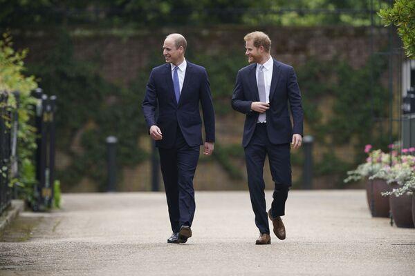 Принц Уильям и принц Гарри на открытии памятника своей матери принцессе Диане в Лондоне - Sputnik Česká republika