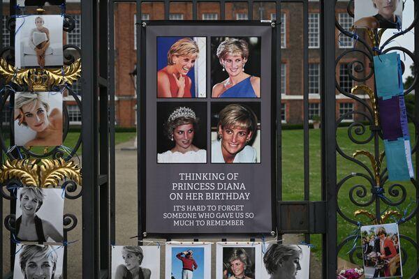 Ворота Кенсингтонского дворца во время празднования празднования 60-летия принцессы Дианы  - Sputnik Česká republika