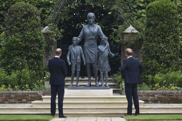 Принц Уильям и принц Гарри у памятника своей матери принцессе Диане в саду Кенсингтонского дворца в Лондоне, Великобритания - Sputnik Česká republika