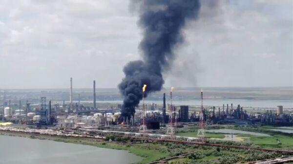 Дым поднимается над нефтеперерабатывающим заводом Petromidia, Румыния - Sputnik Česká republika