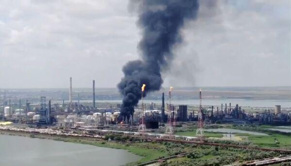 Požár po výbuchu na ropné rafinerii v Năvodari, Rumunsko. - Sputnik Česká republika