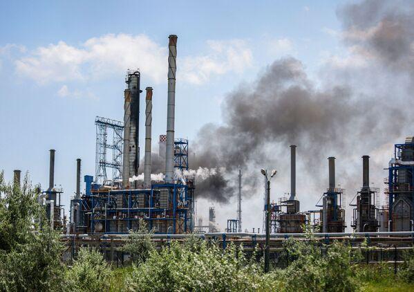 Následky výbuchu na ropné rafinerii v Năvodari, Rumunsko. - Sputnik Česká republika