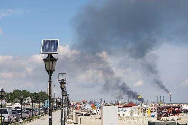 Stoupající kouř na ropné rafinerii v Năvodari, Rumunsko. - Sputnik Česká republika