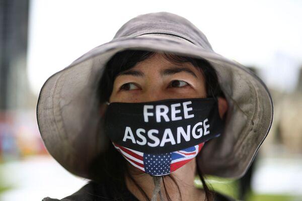 Účastnice protestního pikniku na počest 50. narozenin Juliana Assangeho. - Sputnik Česká republika