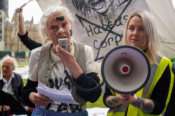 Britská módní návrhářka Vivienne Westwood během protestního pikniku.   - Sputnik Česká republika
