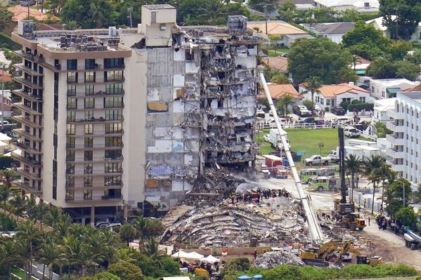 Následky zřícení části bytového komplexu Champlain Towers South Condo na Floridě. - Sputnik Česká republika