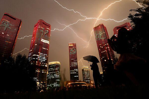 Blesk během světelné show u příležitosti oslav stého výročí Komunistické strany Číny. - Sputnik Česká republika