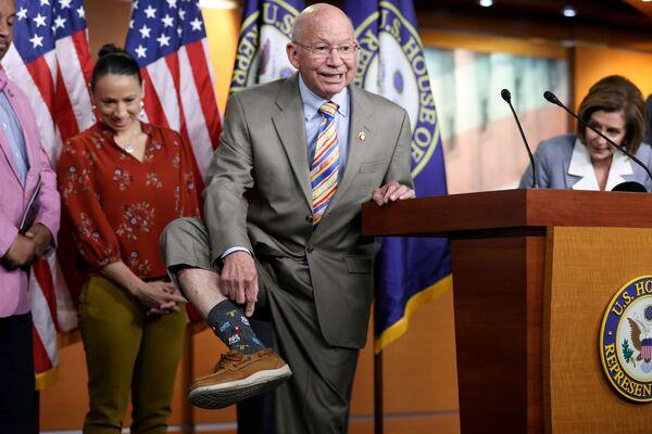 Americký kongresman Peter DeFazio ukazuje své ponožky s tématikou Route 66. - Sputnik Česká republika