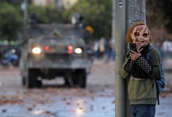 Protestují během protivládních demonstrací v Kolumbii. - Sputnik Česká republika