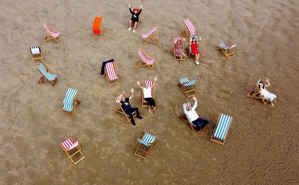 Lidé na pláži v Blackpoolu, Velká Británie. - Sputnik Česká republika