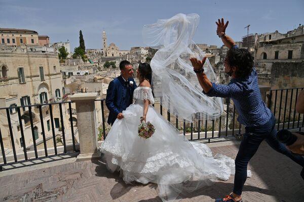 Novomanželé v italském městě Matera. - Sputnik Česká republika