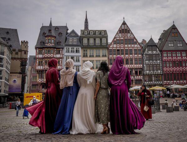 Nevěsta spolu se svými kamarádkami ve Frankfurtu, Německo. - Sputnik Česká republika