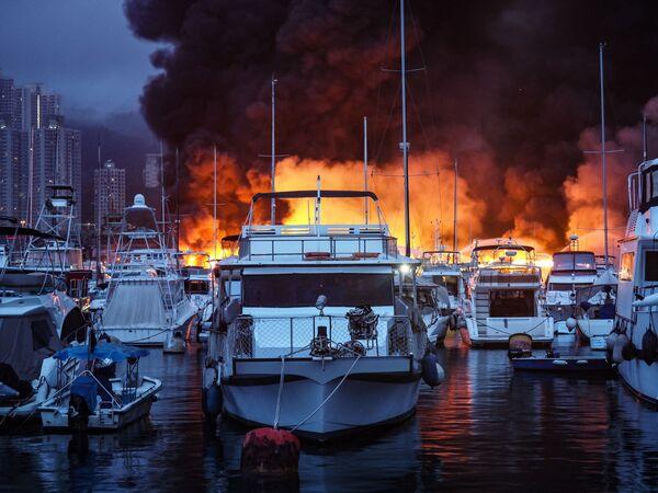 Požár po výbuchu v přístavišti Aberdeen typhoon shelter v Hongkongu. - Sputnik Česká republika