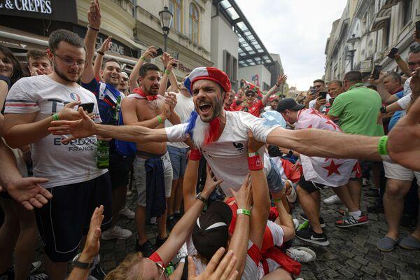 Francouzští fanoušci před zápasem Francie – Švýcarsko. - Sputnik Česká republika