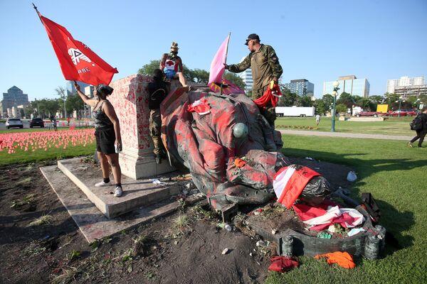 Zbouraná socha britské královny Viktorie v Kanadě. - Sputnik Česká republika