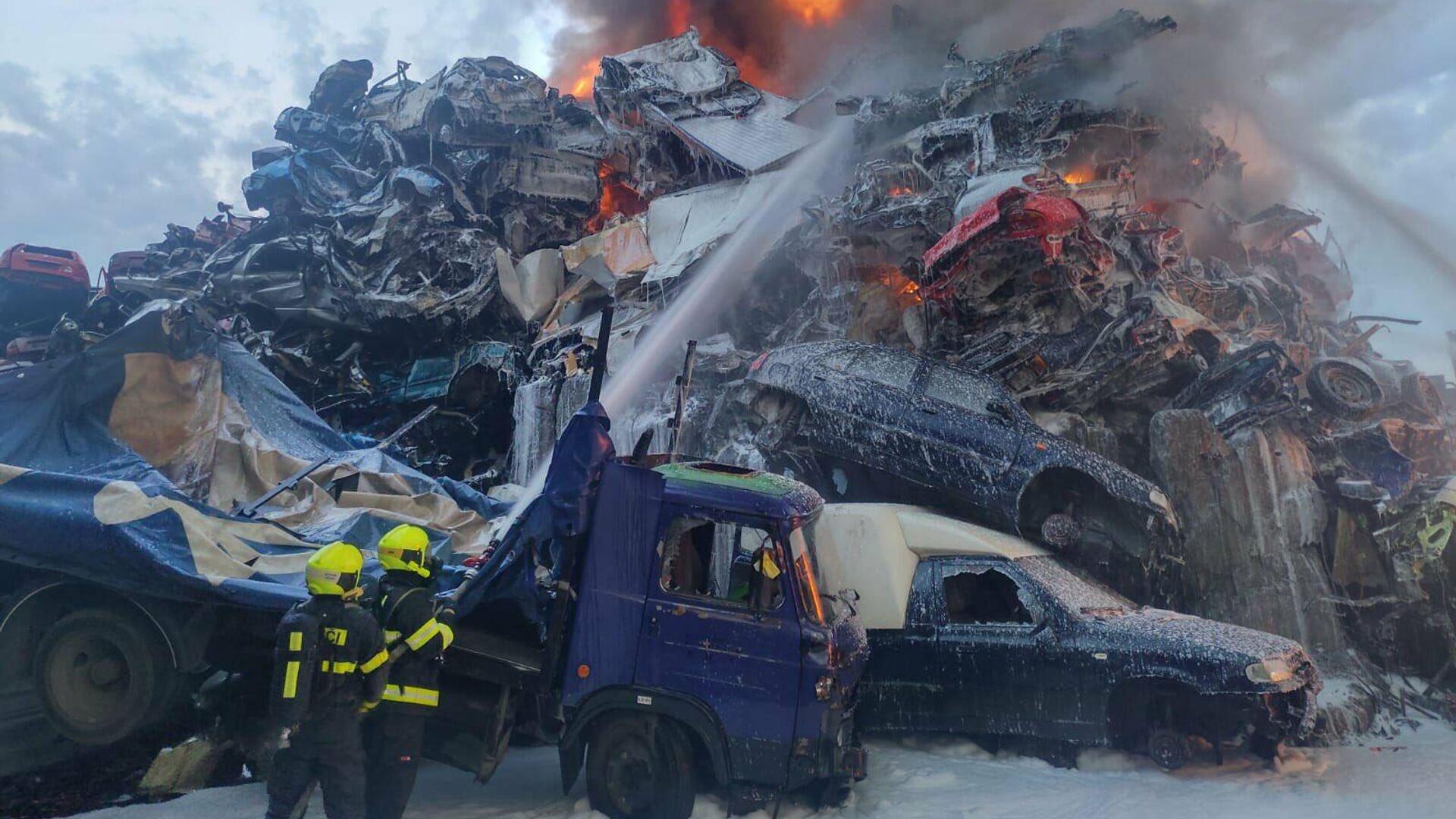 Požár autovrakoviště v Ostravě, hasiči vyhlásili třetí stupeň poplachu - Sputnik Česká republika, 1920, 05.07.2021