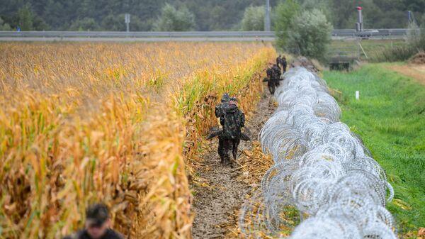 Военнослужащие устанавливают ограждения на венгерско-словацкой границе - Sputnik Česká republika