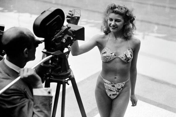 Fotografie byla pořízená 5. července 1946 na koupališti Molitor v Paříži Louisem Réardem. Před šedesáti lety se totiž objevily bikiny a od té doby jsou součástí pláží po celém světě. Kdysi bylo jejich nošení zakázáno v několika zemích, protože byly považovány za příliš neslušné, ale dnes nesmí chybět v šatníku prakticky žádné ženy.  - Sputnik Česká republika