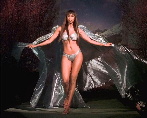 Americká modelka Tyra Banksová na módní přehlídce Victoria's Secret Spring Fashion Show v New Yorku. - Sputnik Česká republika