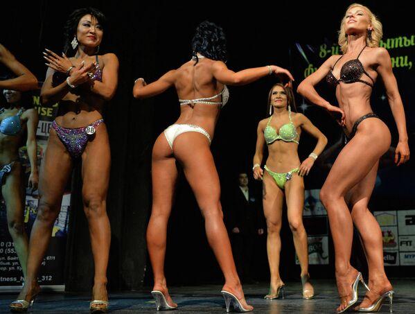 Na snímku jsou zachyceny soutěžící v kulturistice Bikini fitness 27. listopadu 2016 v Biškeku.  - Sputnik Česká republika