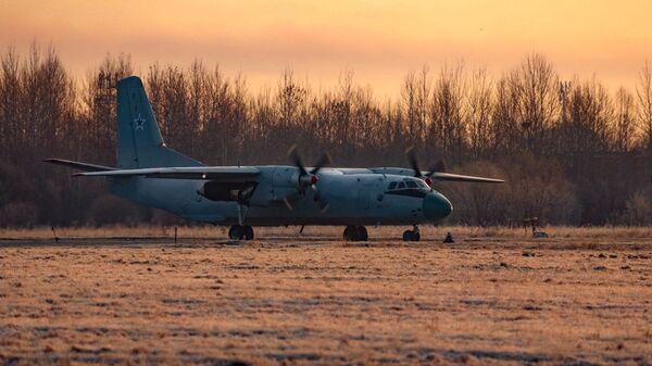 Военно-транспортный самолет Ан-26 в момент после приземления на условно поврежденную полосу - Sputnik Česká republika