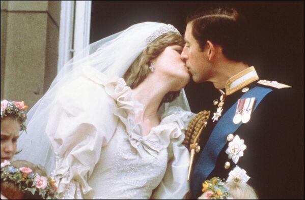 Princ Charles líbá svoji nevěstu lady Dianu na balkoně Buckinghamského paláce 29. července 1981. - Sputnik Česká republika