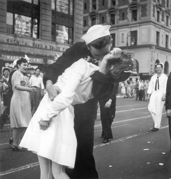 Na této fotografii je zachycen americký námořník a zdravotní sestra při vášnivém polibku na manhattanském náměstí Times Square 14. srpna 1945 při příležitosti konce druhé světové války.  - Sputnik Česká republika