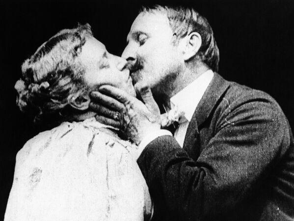 Na tomto snímku je zachycen první filmový polibek. Jde o scénu z filmu Thomase Edisona The Kiss.  - Sputnik Česká republika