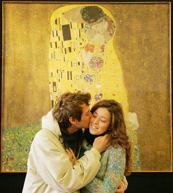 Neznámý návštěvník muzea Belvedere políbil svoji přítelkyni před obrazem Gustava Klimta Der Kuss (Polibek) 24. února 2009 ve Vídni. Gustav Klimt dokončil obraz před sto lety v roce 1909. - Sputnik Česká republika