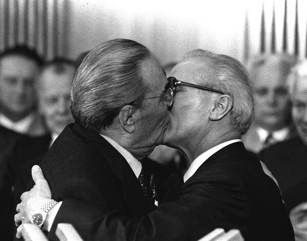 Sovětský vůdce Leonid Brežněv líbá vůdce NDR Ericha Honeckera při příležitosti oslav 30. výročí vzniku NDR. - Sputnik Česká republika