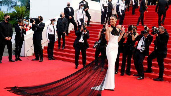 Модель Белла Хадид на красной дорожке церемонии открытия 74-го Каннского кинофестиваля - Sputnik Česká republika
