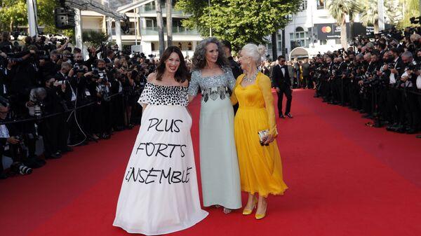 Po červeném koberci se prošly také herečky Iris Berbenová, Andie MacDowellová a Helen Mirrenová. - Sputnik Česká republika