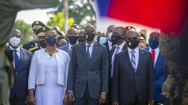 Президент Гаити Жовенель Мойс в сопровождении его жены Мартин и премьер-министр Жозеф Джут во время церемонии - Sputnik Česká republika