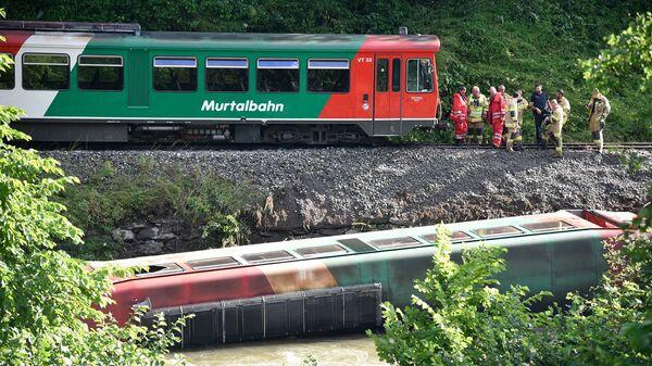 Сотрудники службы спасение Австрии на месте крушения в реку поезда со школьниками - Sputnik Česká republika