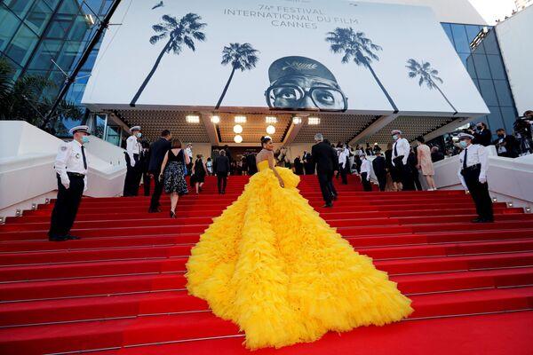 Slavnostní zahájení 74. ročníku filmového festivalu v Cannes. Na snímku pózuje módní influencerka Farhana Bodi.  - Sputnik Česká republika