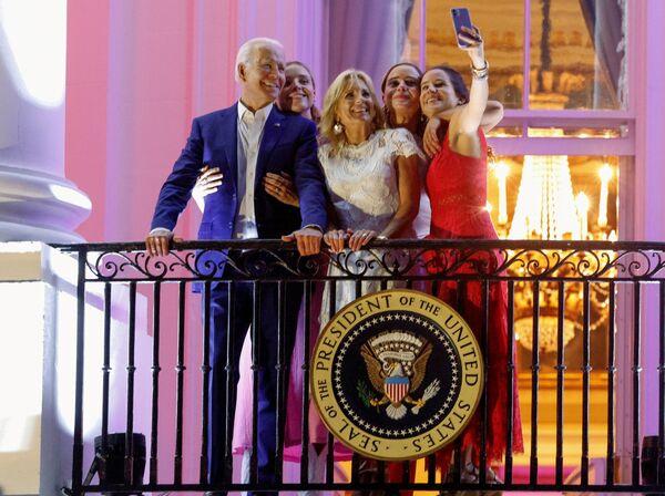 Americký prezident Joe Biden, první dáma USA Jill Bidenová, jejich dcera Ashley Bidenová a vnučky Finnegan a Naomi pózují na snímku během oslav Dne nezávislosti ve Washingtonu dne 4. července. - Sputnik Česká republika