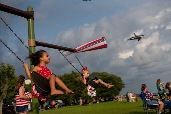Dívky na houpačkách během oslav Dne nezávislosti v Mandeville, ve státě Louisiana. - Sputnik Česká republika