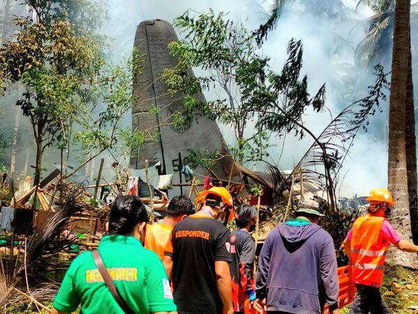 Trosky vojenského transportního letadla, které se zřítilo na jihu Filipín. Při pádu stroje zemřelio celkem 42 vojáků a tři civilisté. - Sputnik Česká republika