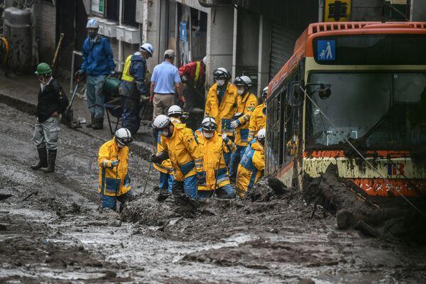 Policie pátrá po pohřešovaných osobách na místě sesuvu půdy, k němuž došlo po několika dnech silného deště v Atami. Prefektura Šizuoka, Japonsko. - Sputnik Česká republika