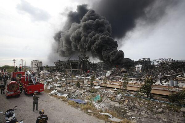 Požár po explozi v továrně na pěnové a plastové palety v jihovýchodní části Bangkoku, Thajsko.  - Sputnik Česká republika